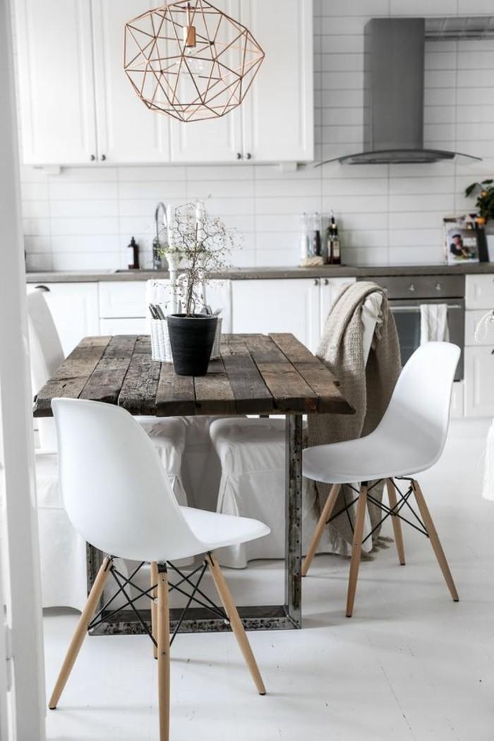 schlichtes design, esszimmer ideen in skandinavischem stil, holztisch, weiße stühle, lampe kreative idee