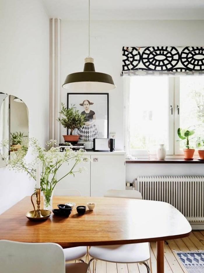 wohn esszimmer idee mit wandbild von einem mädchen, schlichtes design, deko auf dem tisch wilde blumen