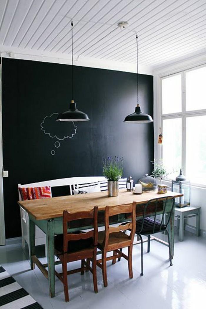 wohn esszimmer gestaltung mit schwarzer taffel an der ganzen wand, fläche zum schreiben und dekorieren, frohe kinder. design zu hause