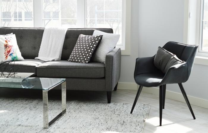 Das Sofa Steht Im Mittelpunkt