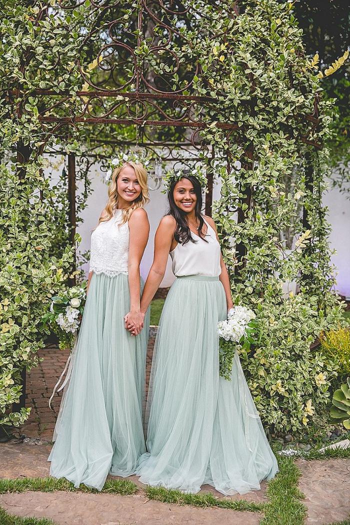 Boho Kleid Hochzeitsgast, zwei schöne Mädchen mit blauen Röcken