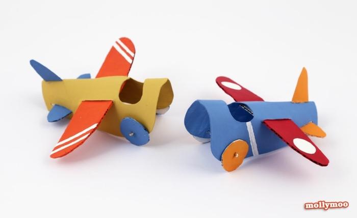 zwei Flugzeuge aus Klopapier und Karton basteln, Basteln mit Klopapier
