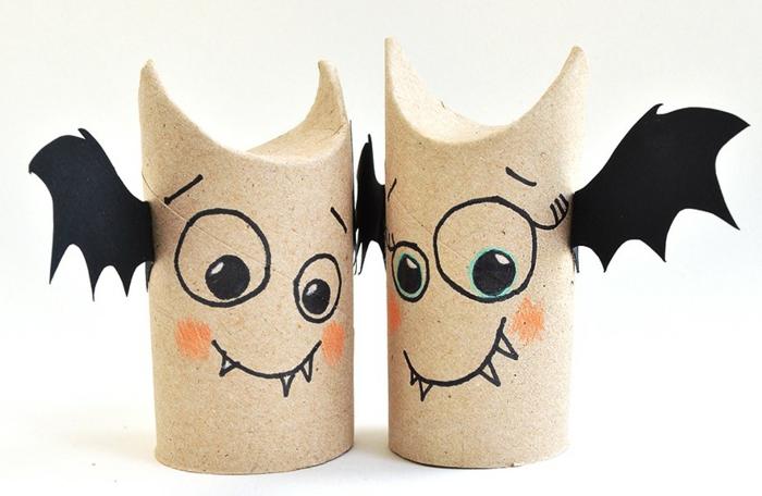 zwei Fledermäuse mit Vampirzähne, orange Wangen, Basteln aus Klopapierrollen
