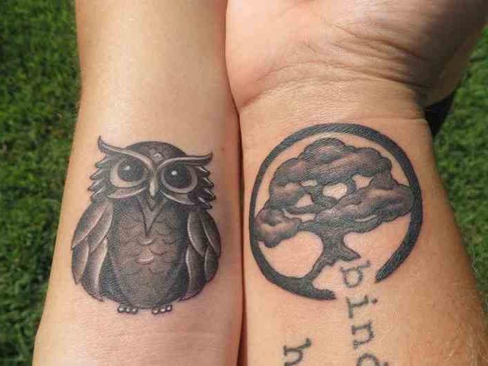 eine hand mit einem schwarzen baum tattoo und mit einer schwarzen eule mit schwarzen eule, paar tattoo