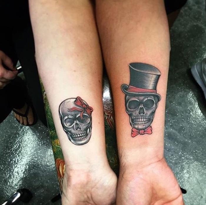 totenkopf tattoo mit einem schwarzen hut, ein mann mit einem tattoo am handgelenk, eine frau mit einem totenkopf tattoo mit einer roten schleife