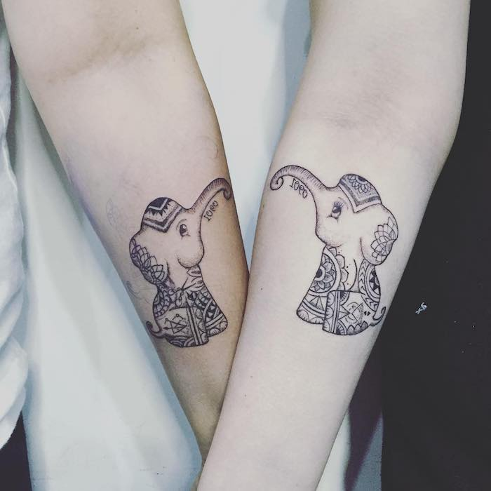 zwei hände mit kleinen tattoos mit elefanzen mit mandala motiven und mandala blumen, liebes tattoo fürs für paare