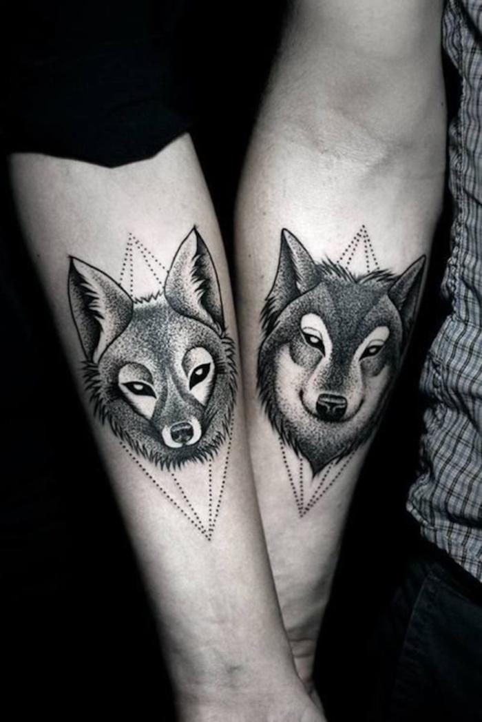 ein fuch und ein schwarzer wolf mit schwarzen augen, zwei hände mit tattoos für paare, tattoo partner