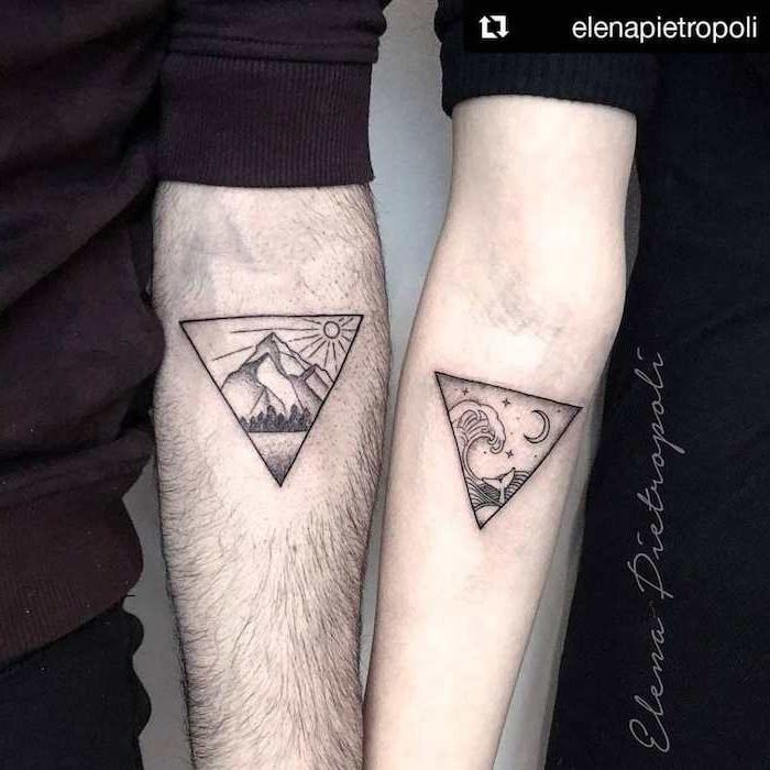 ein mann mit einem tattoo mit bergen und einer sonne und einem wald mit schwarzen bäumen, eine frau mit tattoo mit wellen und einem halbmond und kleinen sternen, liebes tattoo partner