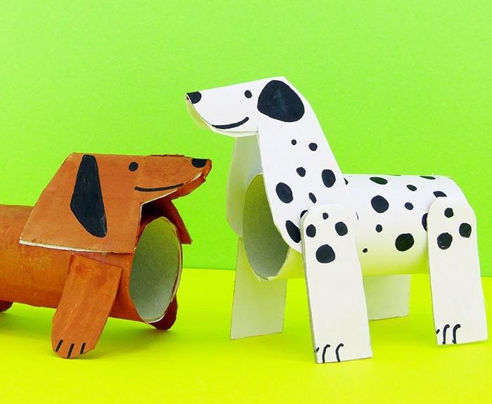 zwei Hunde, ein Dalmatinier und ein Corgy, Bastelideen aus Klopapierrollen