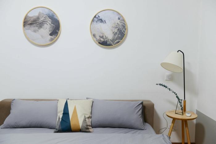 runde Bilder, hellgraue Wandfarbe, blaue Kissen, Was passt zu Grau