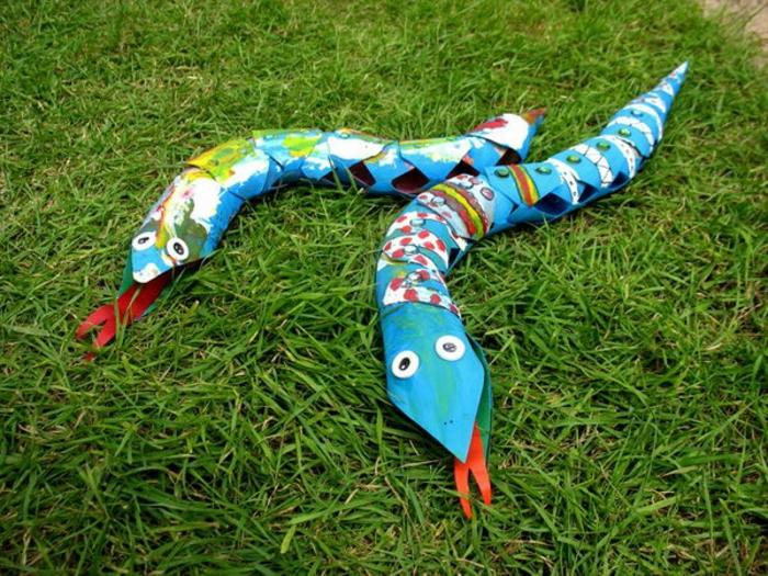 blaue Schlange mit bunten Dekorationen, Dekoration mit Geschenkpapier und basteln aus Klopapierrollen