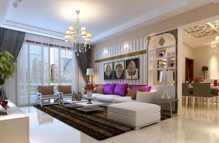 deko für wohnzimmer, weißes sofa in kombination mit lila dekokissen, kronleichter aus kristall