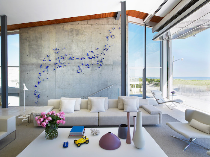 wanddeko wohnzimmer, glasvase mit rosen, 3d wanddeko, kleine lila schmetterlinge, bücher