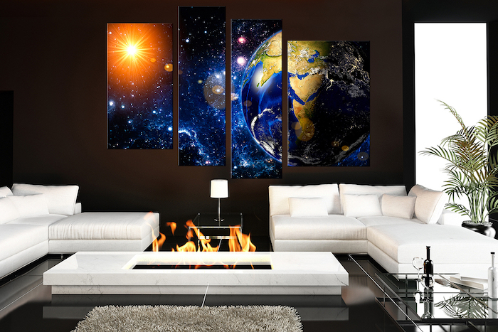 deko für wohnzimmer, zwei weiße ecksofas, großes leinwandbild in drei teilen, die erde und die sonne, weltall