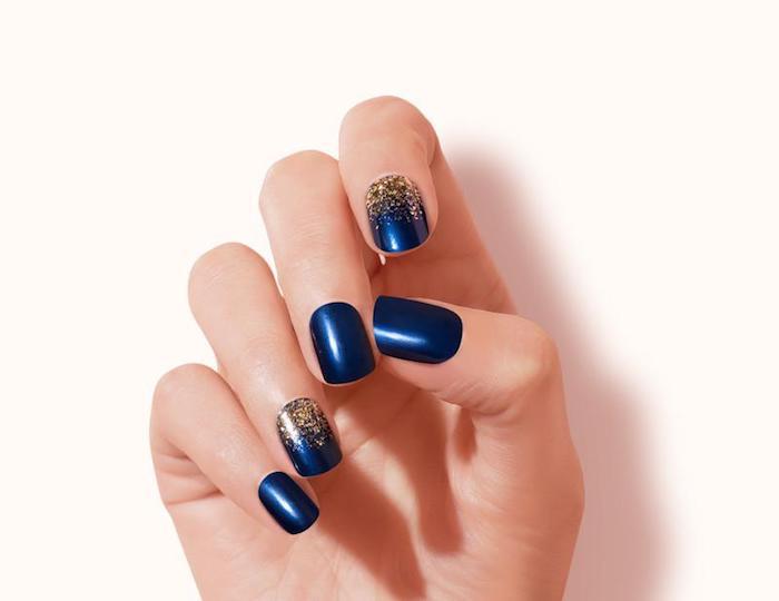 gelnägel formen, dunkelblauer nagellack in kombination mit goldenem glitzer, festliche maniküre