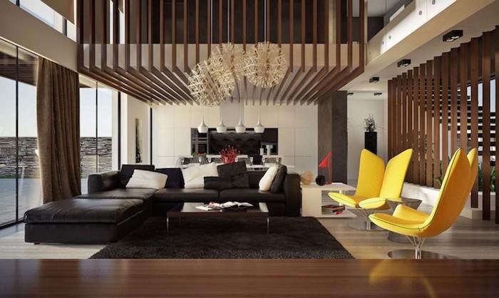 wohnzimmer ideen, schwarzes ledersofa, zwei gelbe designer sessel, runde pendelleuchten