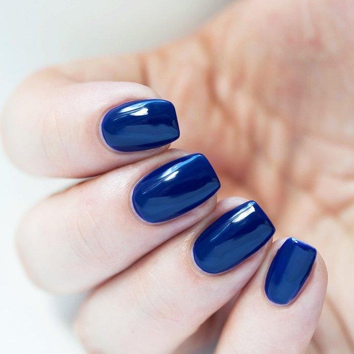 gelnägel bilder, hand, fingenägel lackieren, dunkelblauer nagellack, gel