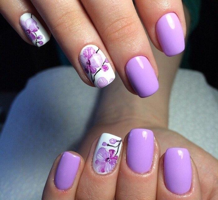 natürliche gelnägel, lila nagellack, orchideen, maniküre mit blumen motiv