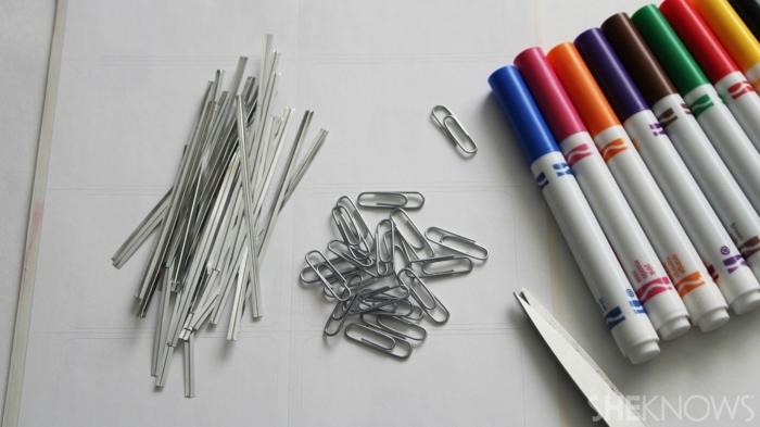 Lesezeichen selbst gestalten für die Arbeit eines Lehrers mit Materialien, die herumliegen