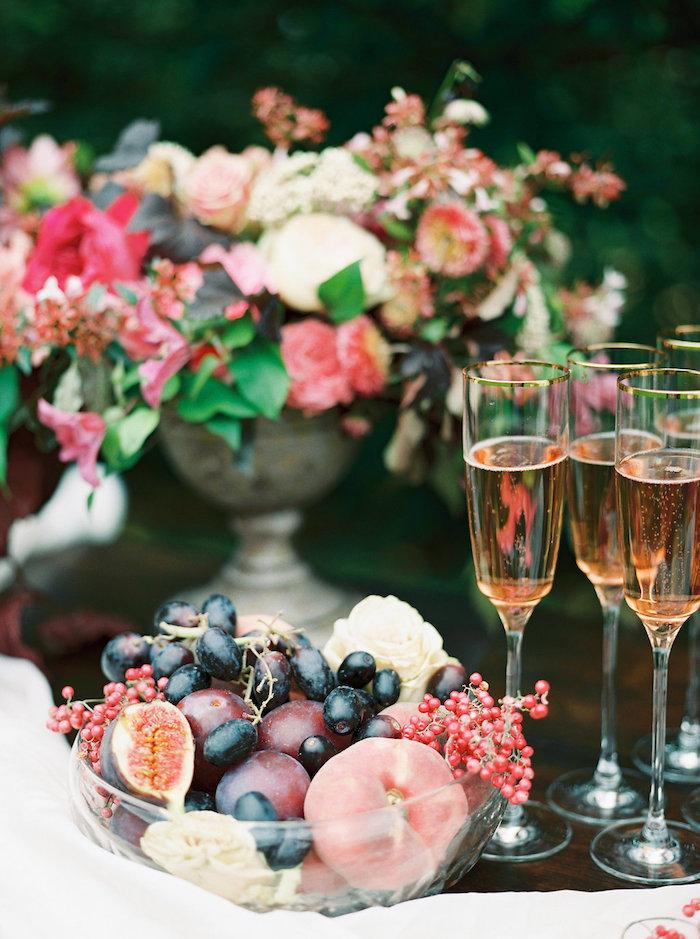 Ideen für ausgefallene Tischdeko, Schüssel voll mit Früchten, Vintage Vase mit vielen Blumen