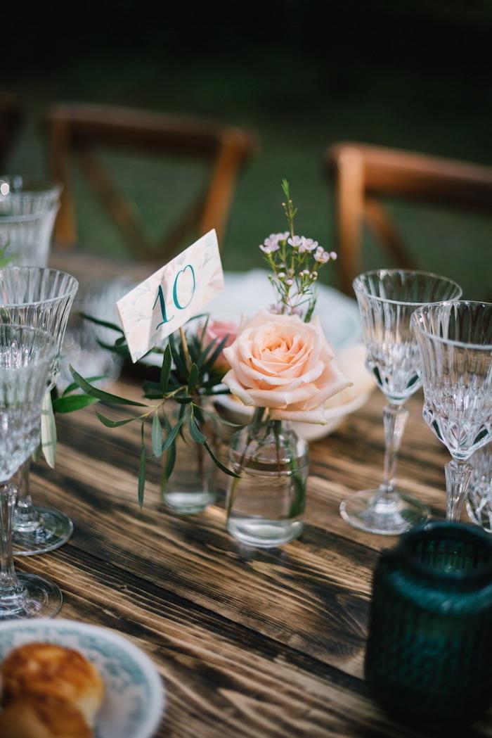 Schlichte und stilvolle Tischdeko für Hochzeit, Rosen in kleinen Einmachgläsern
