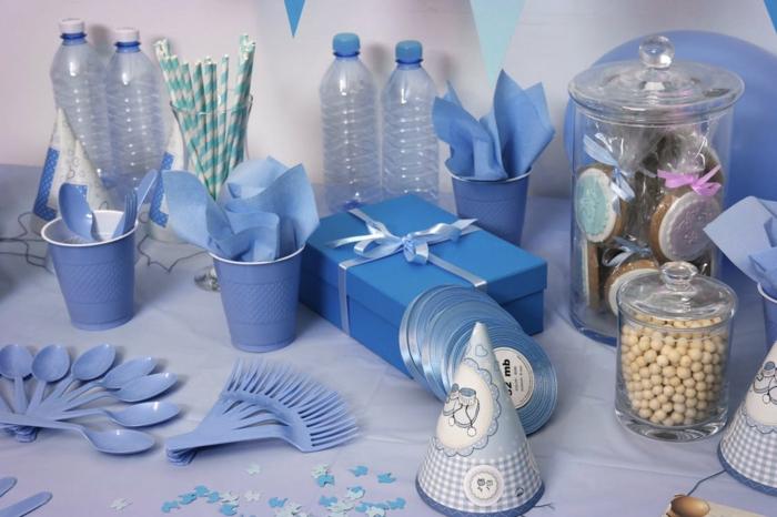 eine Party mit blauen Geschenke und blaue Einweg Geschirr, Babyparty Junge