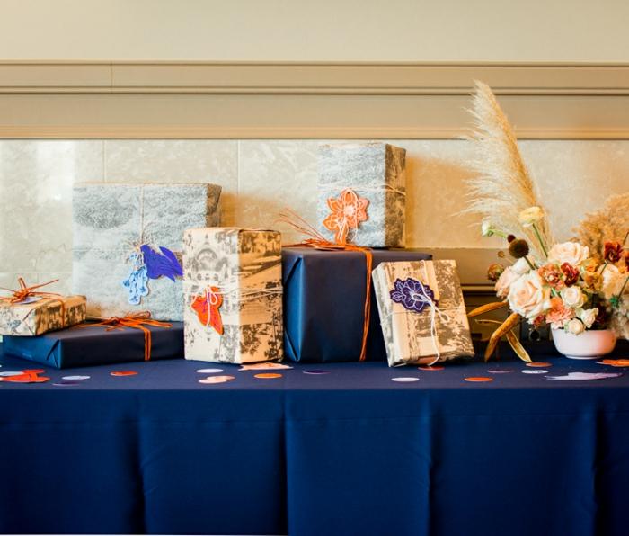 Babyparty Geschenke, eine Menge verpackte Geschenke mit süßen Anhängern