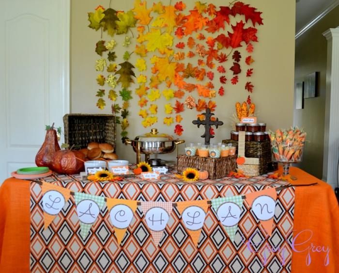 Babyparty Deko, gefärbte Blätter als Dekoration, Kürbisse und Süßigkeiten