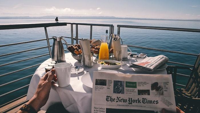 Frühstück mit Meerblick, Sommermorgen auf dem Balkon genießen