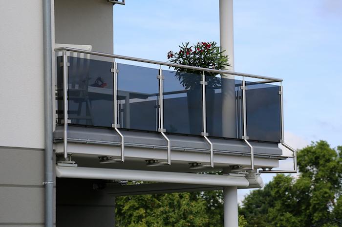 Sichtschutz mit individuell angefertigten Platten und Gläsern installieren