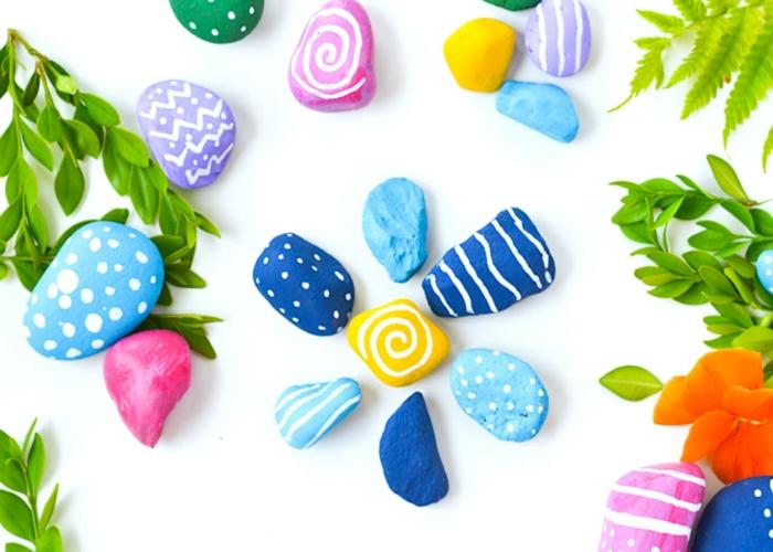basteln mit kindern sommer ideen mit steinen in bunten farben, steine bemalen, idee lustig
