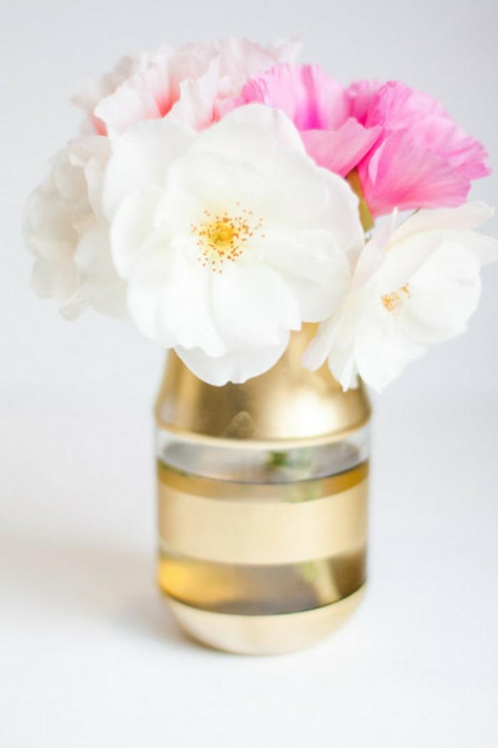 diy ideen mit blumen, wahr oder künstlich, weiße und rosa blumen in einer vase aus plastik, alte plastik flaschen wieder verwerten