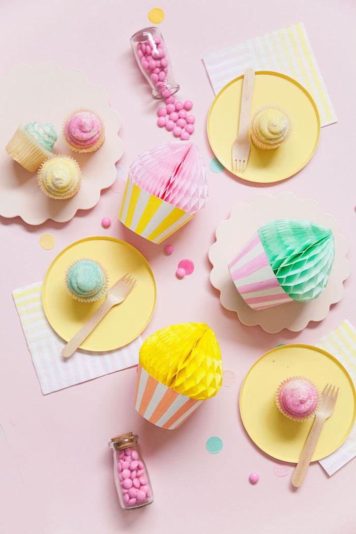 Bunte Cupcakes aus Papier, Idee für originelle Tischdeko für Geburtstag oder anderen Anlass