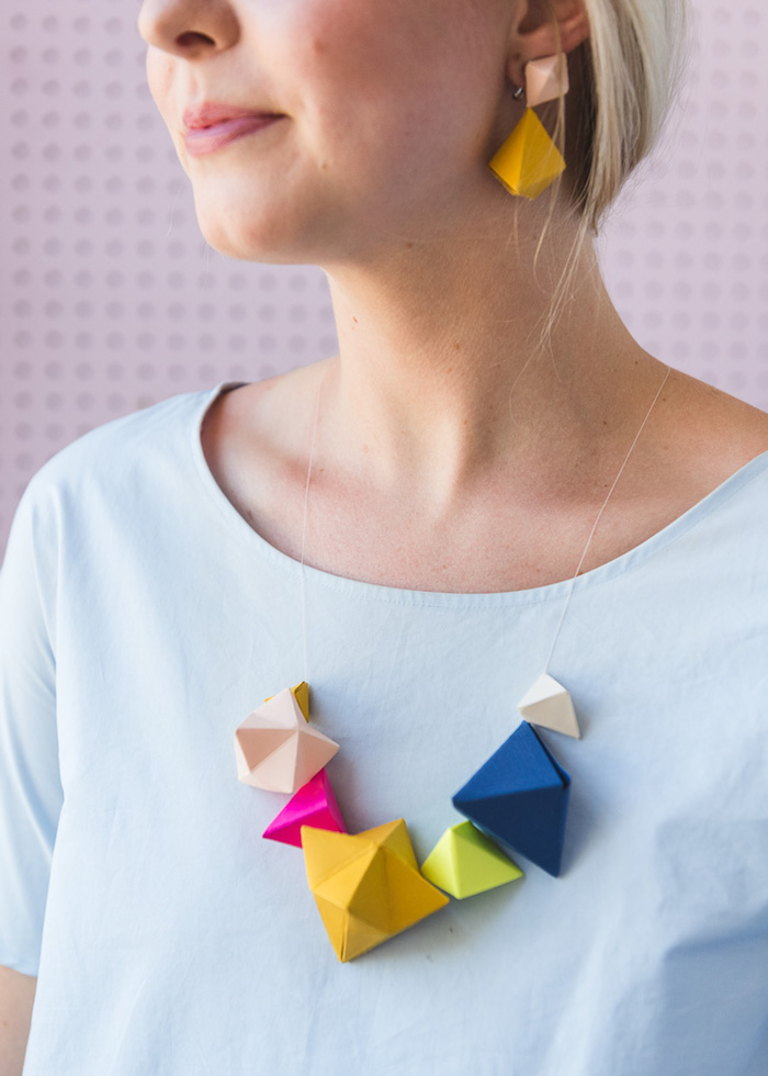 Schmuck aus Papier selber machen, kreative DIY Idee, Kette und Ohrringe aus Tonkarton