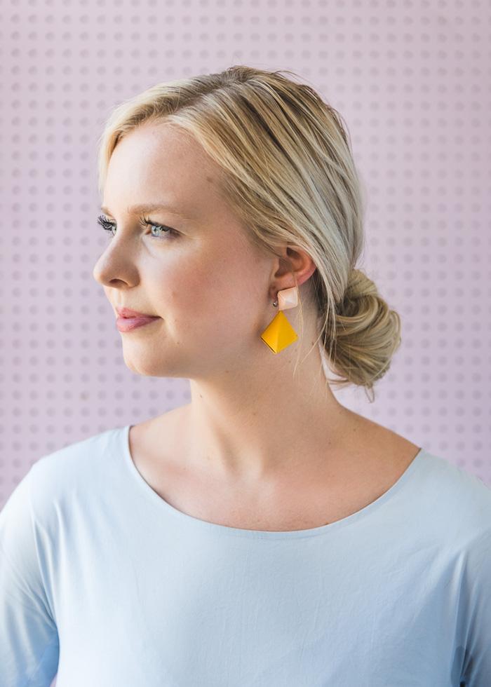 Schmuck aus Papier selber machen, gelbe Ohrringe aus Tonkarton, kreative DIY Idee