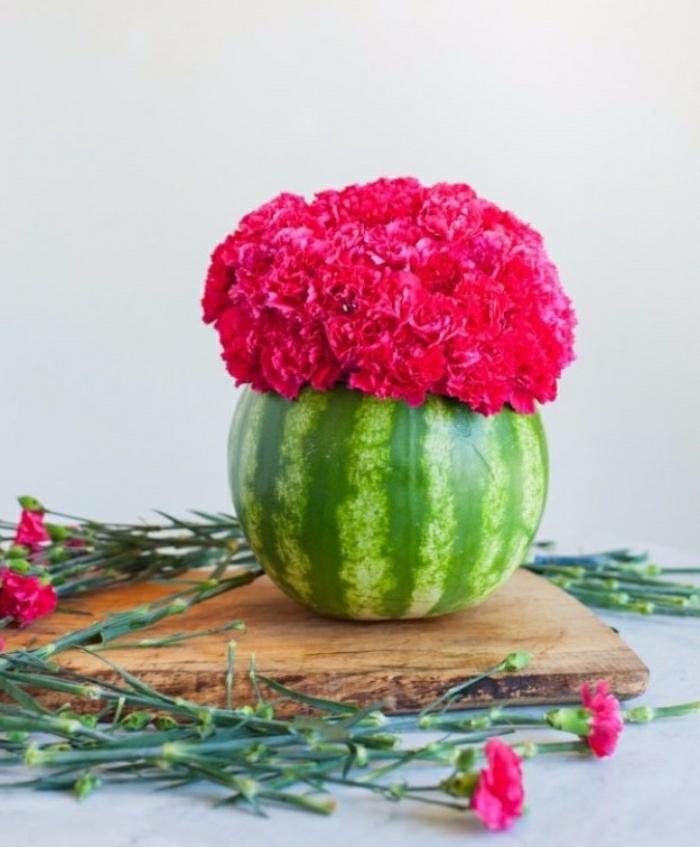 basteln für kinder, eine schöne idee, die jeder machen kann, wassermelove als vase gestalten, wassermelone schale voll von rosa blumen