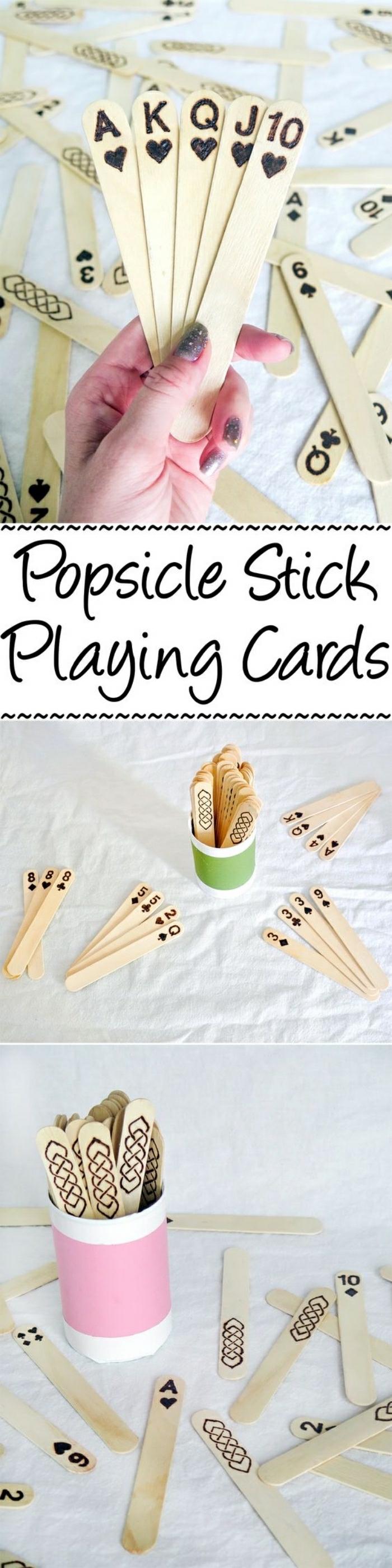 coole bastelideen zum selber machen, holzstücke, holz eis stäbchen zum selber machen, karten spielen