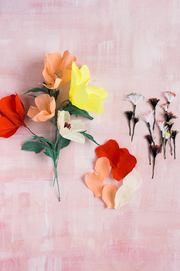Bunte Blumen aus Krepppapier selber basteln, schöne Idee für DIY Enthusiasten