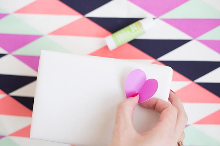 Weiße Schachtel mit violetten 3D Herzen bekleben, coole DIY Idee für originelles Geschenk