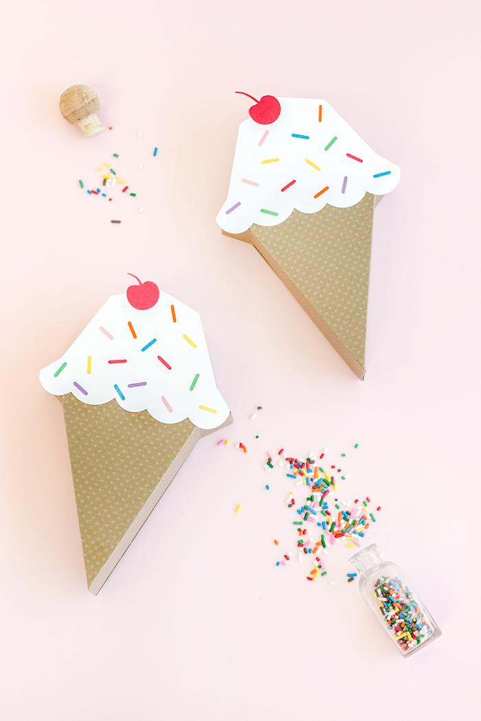 Geschenkverpackungen in Form von Eiscremen in Waffeln mit Kirschen und Zuckerstreuseln