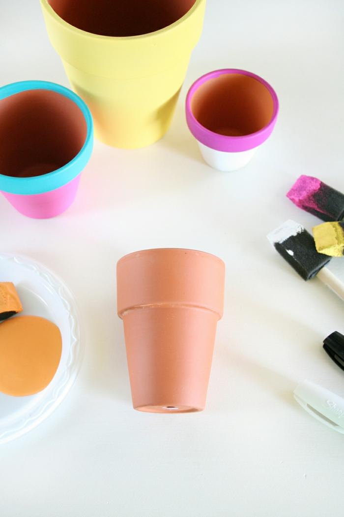 blumentopf sinfaches design, bastelidee zum bemalen, lustige designs in bunten farben