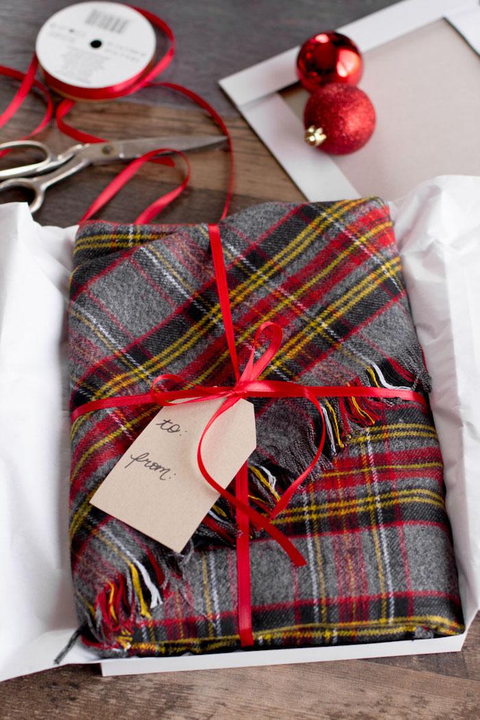 bastelideen weihnachten erwachsene, geschneke originell verpacken, rote schleife, schall