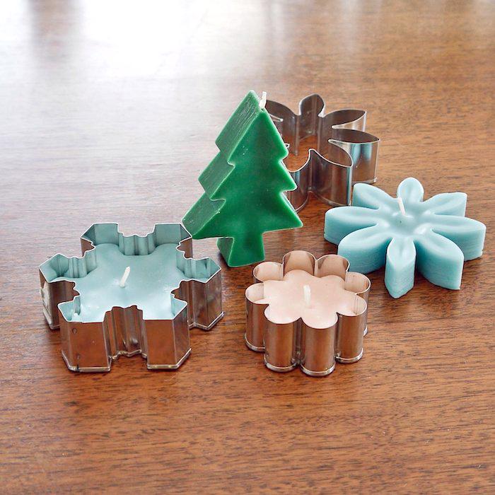bastelideen weihnachten erwachsene, tisch aus holz, selbstgemachte kerzen in verschiedenen formen