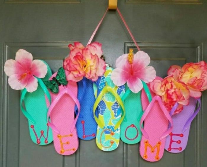 coole bastelideen, bunte blumen zum dekorieren von flip flops und klamotten, welcome aufschrift, türdeko