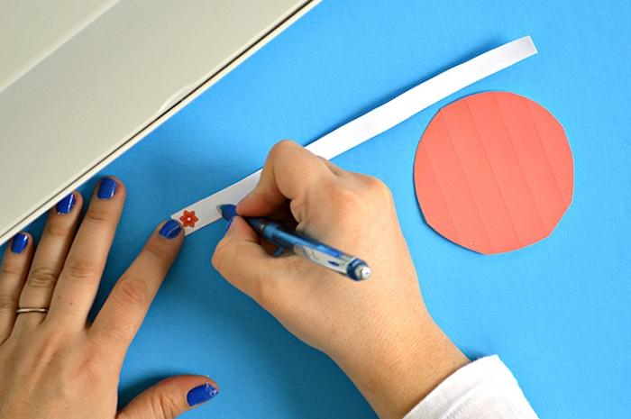 Glückskekse aus Papier basteln, bunte Kreise ausdrucken und ausschneiden, Botschaften auf Zettel schreiben