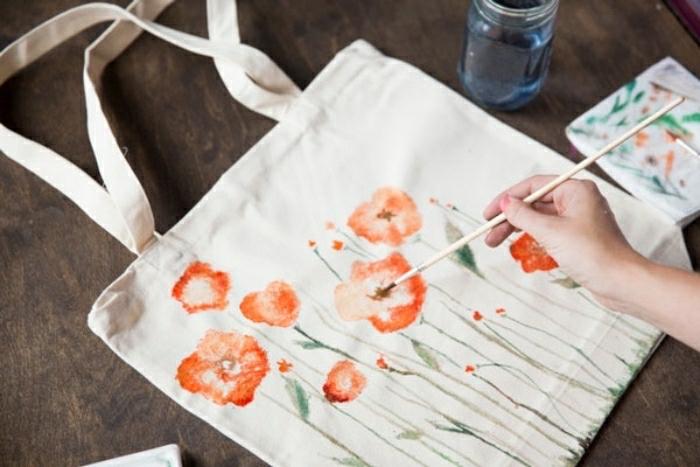 basteln mit kleinkindern eine idee zum bemalen von taschen, stofftüte mit roten blumen verzieren