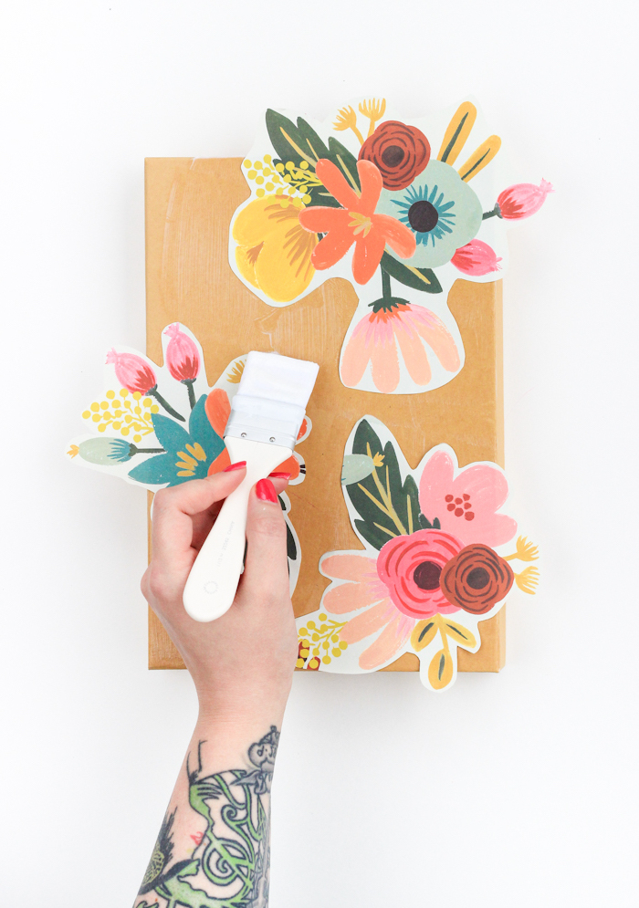 Schachtel mit Serviettentechnik dekorieren, Blumenmotive ausschneiden und mit Decoupagekleber fixieren