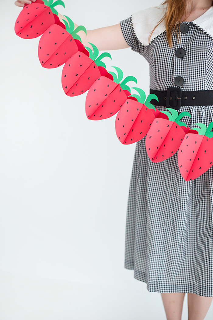 Erdbeeren Girlande aus Papier selber machen, DIY schöne Party Dekoration