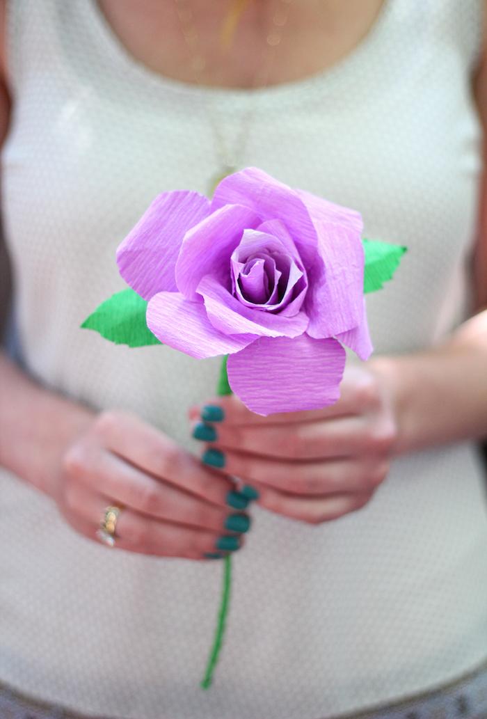 Lila Rose aus Krepppapier selbst gemacht, basteln mit Krepppapier, DIY Anleitungen