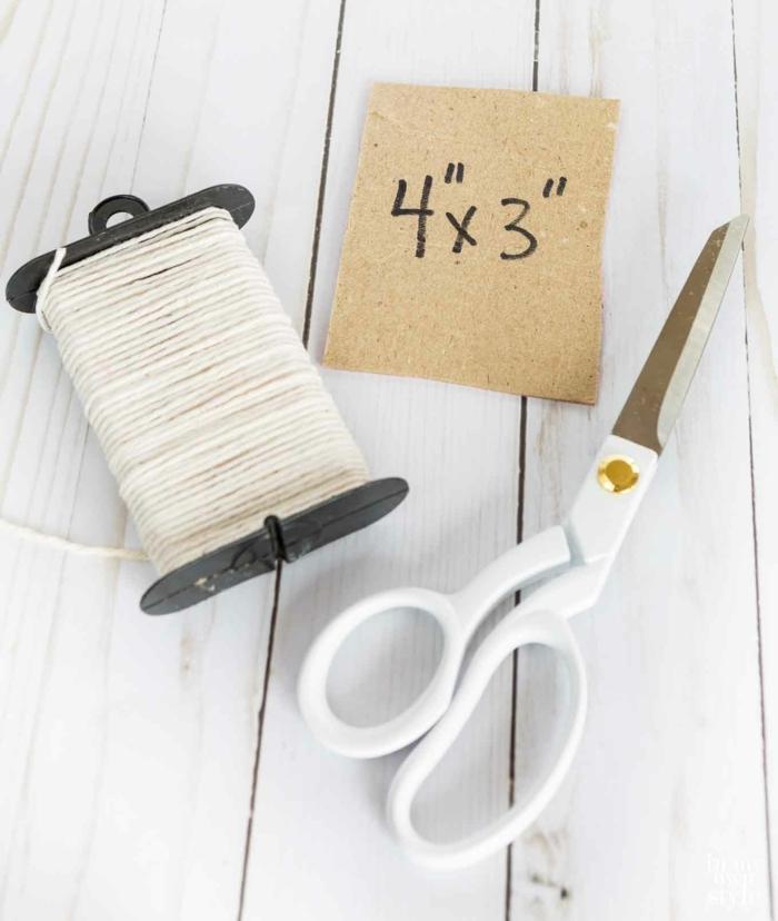 Schere, Karton und Seil, die nützliche Sachen, einen Bommel selber machen